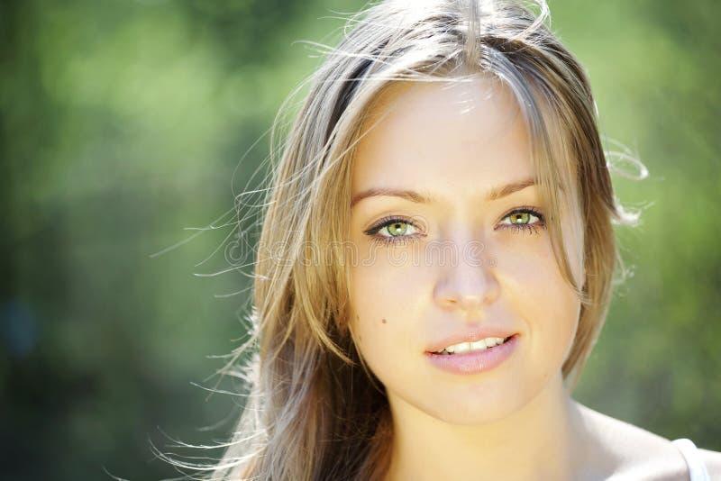 Retrato de una señora joven hermosa imagen de archivo libre de regalías