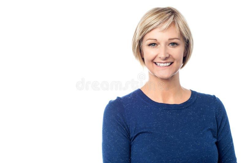 Retrato de una señora sonriente foto de archivo libre de regalías