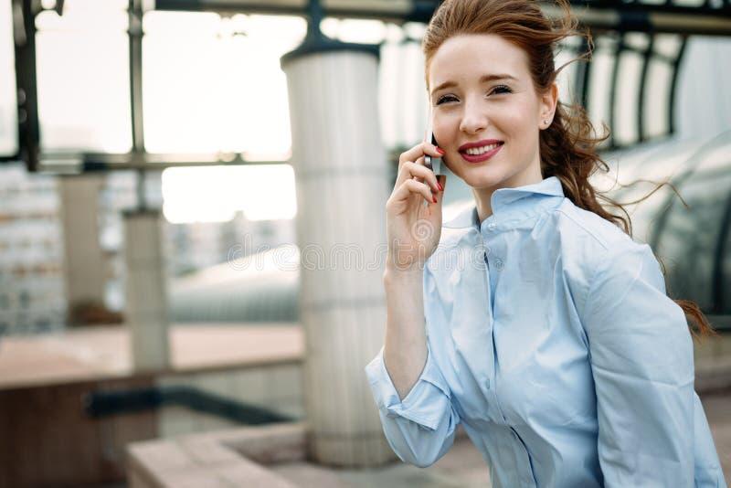Retrato de una sonrisa acertada de la mujer de negocios imagen de archivo