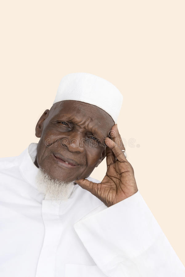 Retrato de una sonrisa africana de ochenta años del hombre imagen de archivo