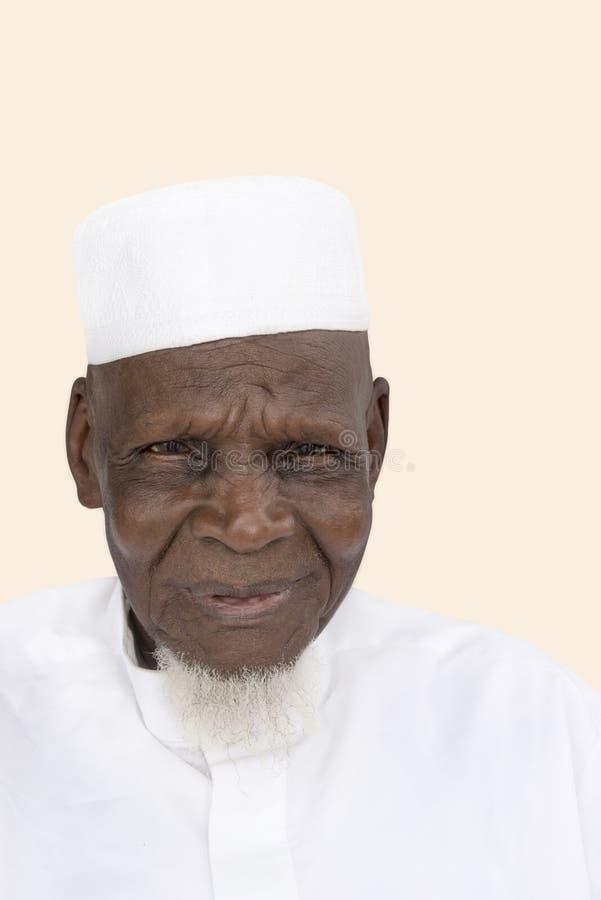 Retrato de una sonrisa africana de ochenta años del hombre foto de archivo