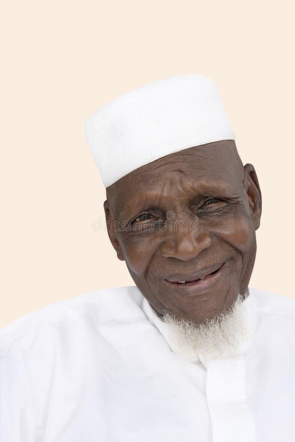 Retrato de una sonrisa africana de ochenta años del hombre imágenes de archivo libres de regalías