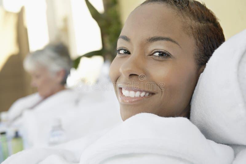 Retrato de una sonrisa afroamericana de la mujer fotografía de archivo libre de regalías