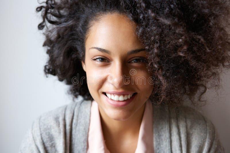 Retrato de una sonrisa afroamericana joven hermosa de la mujer imagen de archivo
