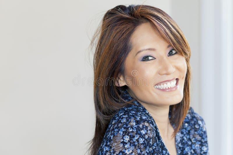 Retrato de una sonrisa asiática madura de la mujer imagen de archivo