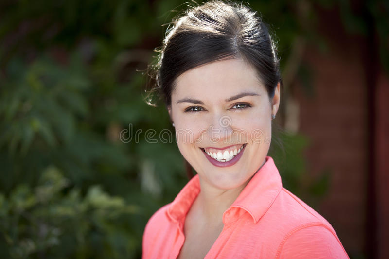 Retrato de una sonrisa bonita de la mujer imágenes de archivo libres de regalías