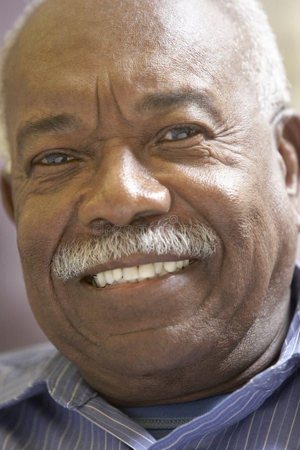 Retrato de una sonrisa del hombre mayor fotografía de archivo libre de regalías