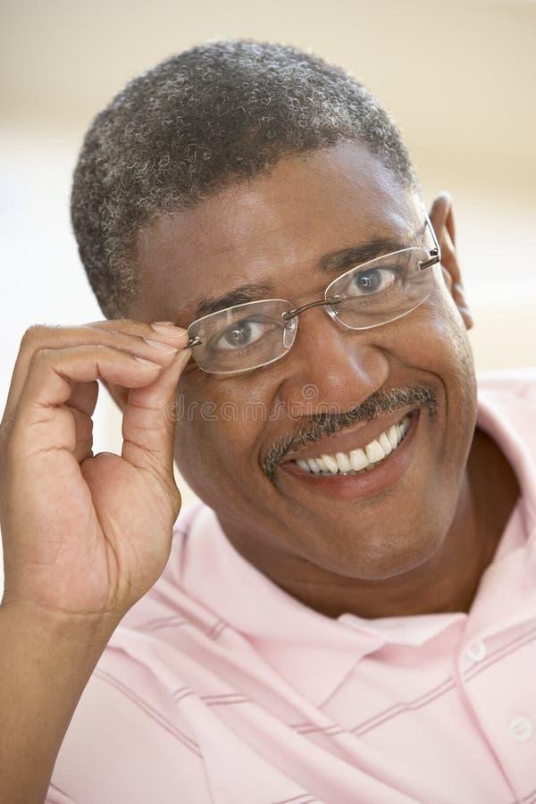 Retrato de una sonrisa del hombre mayor imágenes de archivo libres de regalías