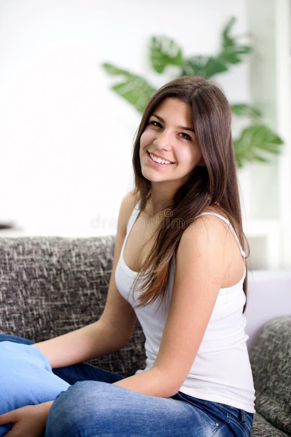 Retrato de una sonrisa femenina adolescente joven linda fotografía de archivo