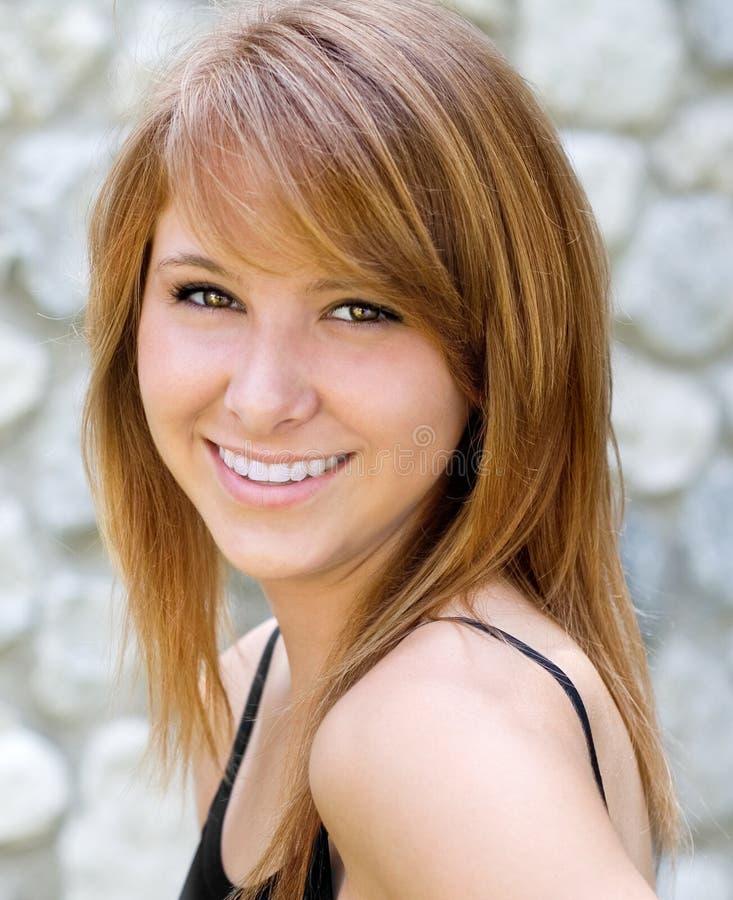 Retrato de una sonrisa hermosa de la mujer joven fotos de archivo libres de regalías