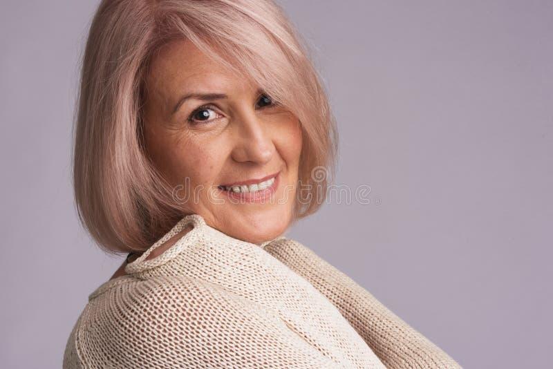 Retrato de una sonrisa hermosa de una más vieja mujer fotografía de archivo libre de regalías