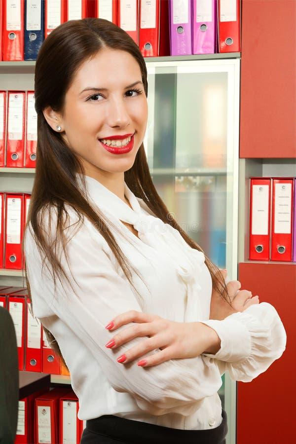 Retrato de una sonrisa joven de la mujer de negocios fotos de archivo libres de regalías