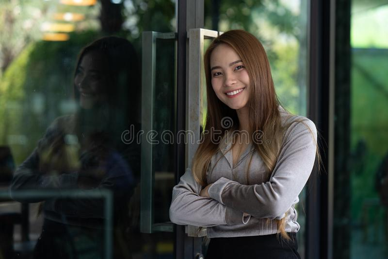 Retrato de una sonrisa joven y de una mujer feliz imagen de archivo libre de regalías