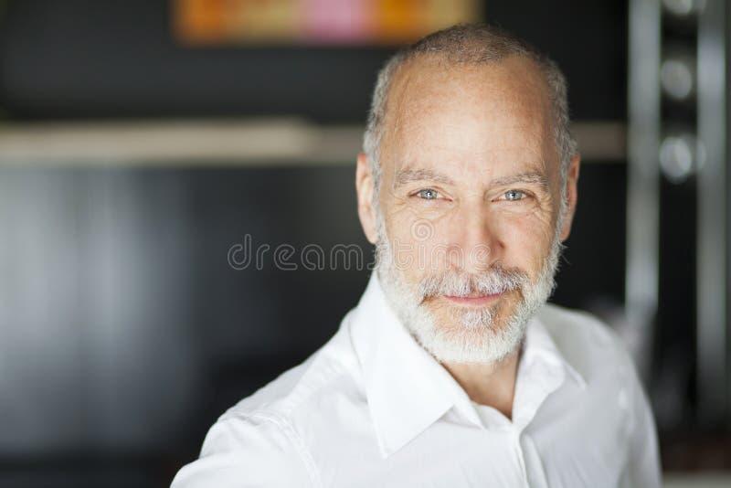 Retrato de una sonrisa mayor del hombre imagenes de archivo