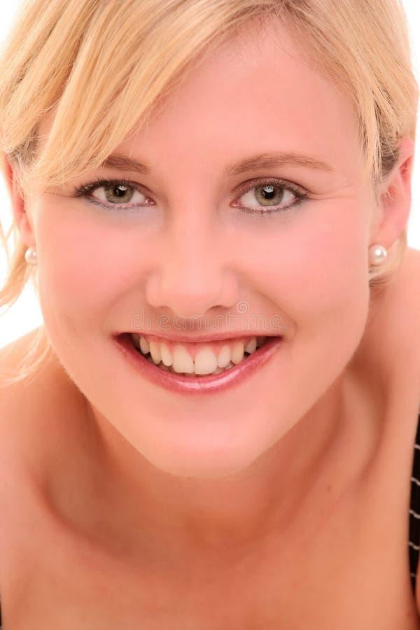 Retrato de una sonrisa rubia de la mujer imagen de archivo libre de regalías