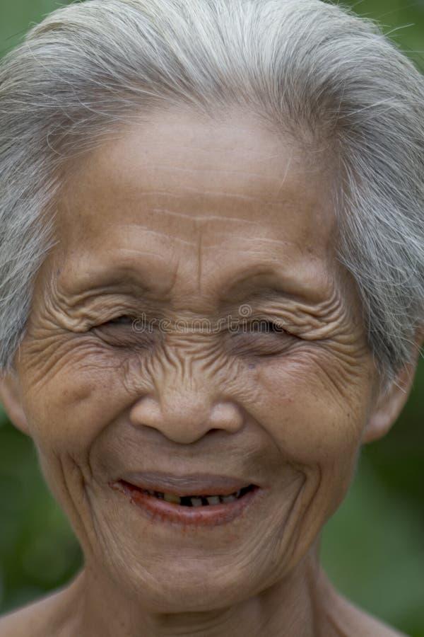 Retrato de una vieja mujer asiática fotos de archivo
