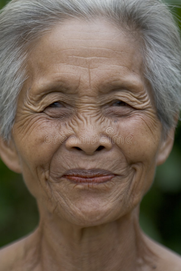 Retrato de una vieja mujer asiática imagenes de archivo
