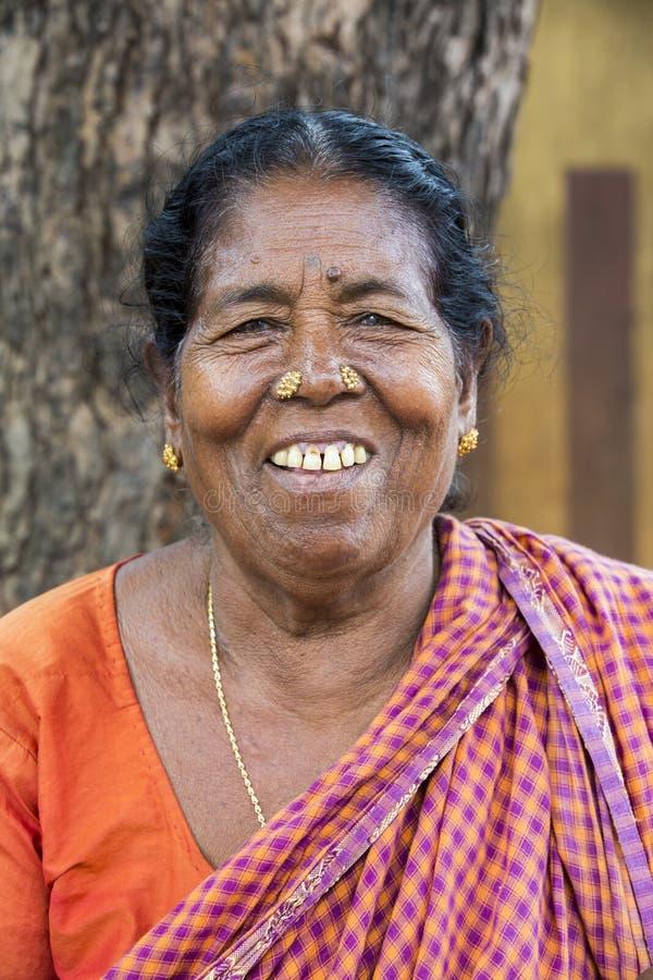 Retrato de una vieja mujer pobre mayor india con la sari fotos de archivo libres de regalías