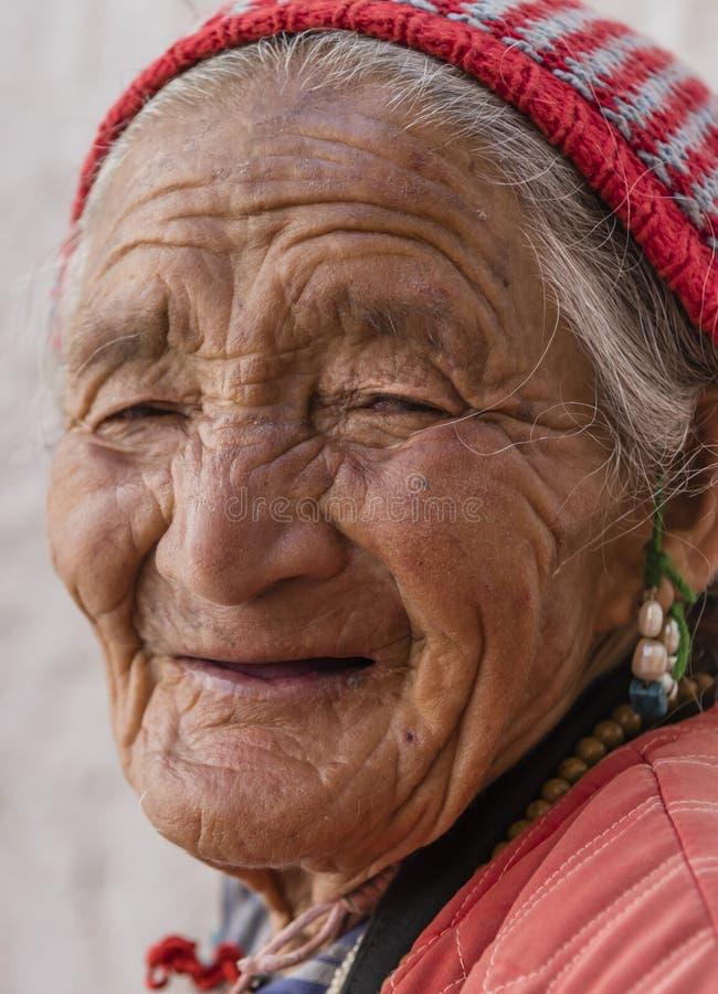 Retrato de una vieja mujer tibetana fotografía de archivo
