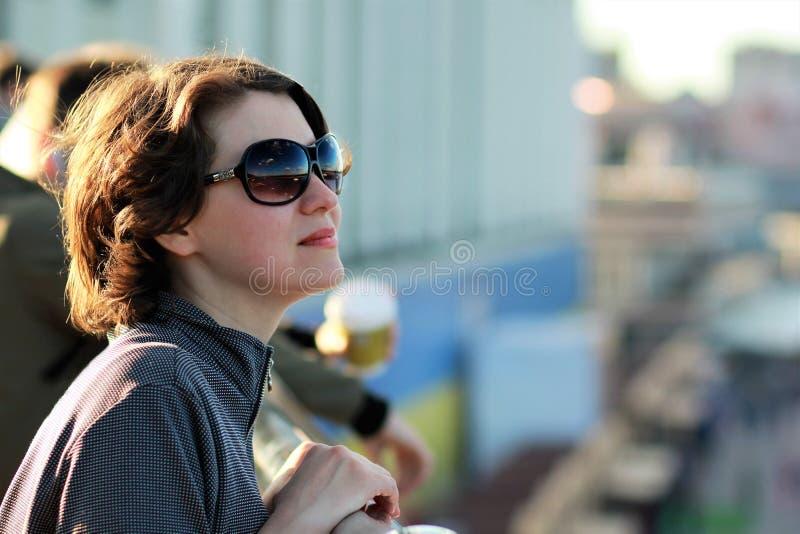 Retrato de vidros de sol vestindo da jovem mulher imagem de stock