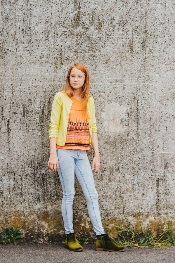Retrato de vidros vestindo da menina ruivo adorável foto de stock