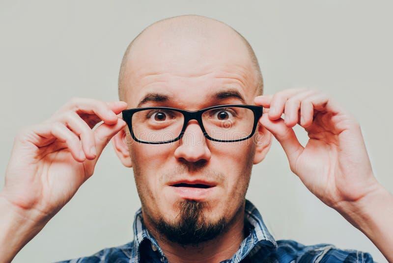Retrato de vidros vestindo do homem considerável novo Surprised fotos de stock