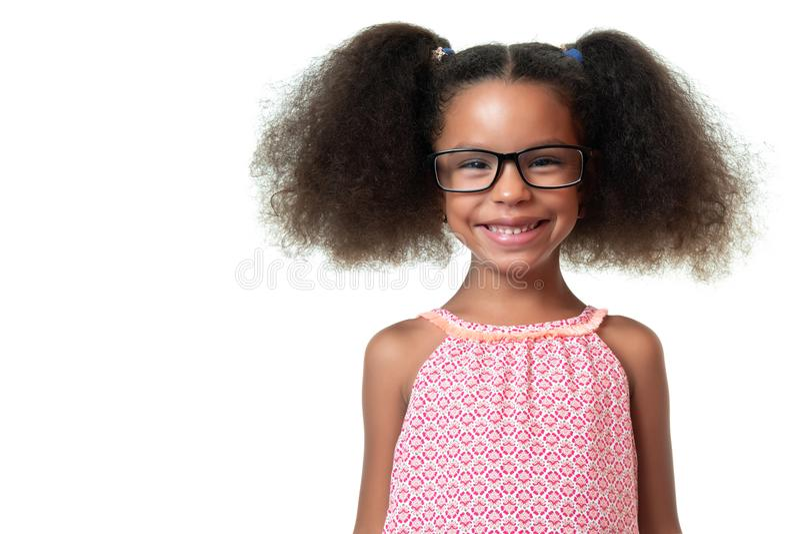 Retrato de vidros vestindo de uma menina afro-americano bonito imagem de stock royalty free