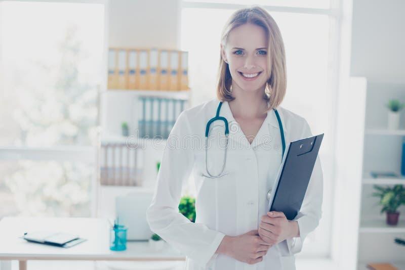 Retrato de weari de sorriso seguro qualificado experiente do doutor imagens de stock royalty free