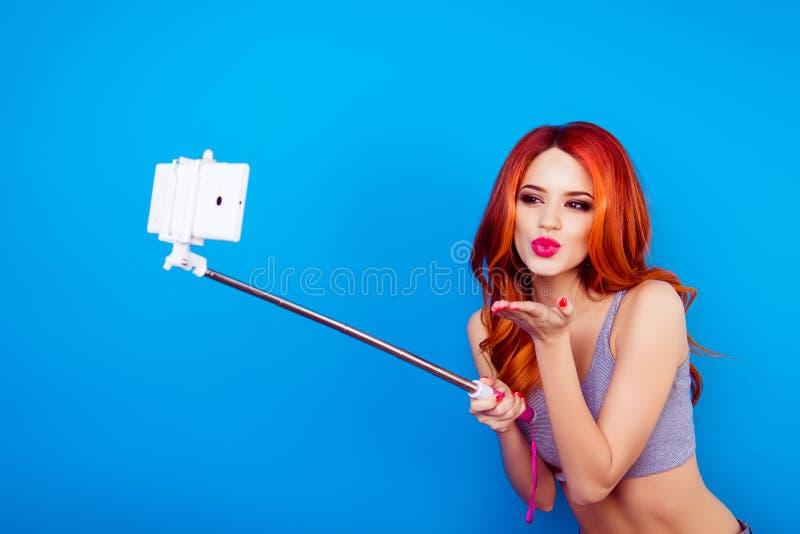 Retrato de wi despreocupados felizes engraçados à moda consideravelmente encantadores da menina imagens de stock royalty free