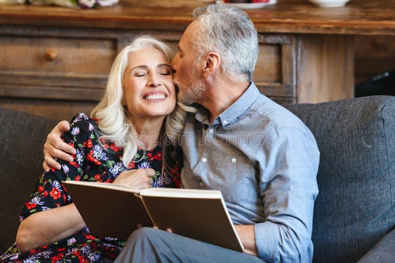 Retrato del último gasto maduro feliz del hombre y de la mujer 70s pleasan imágenes de archivo libres de regalías