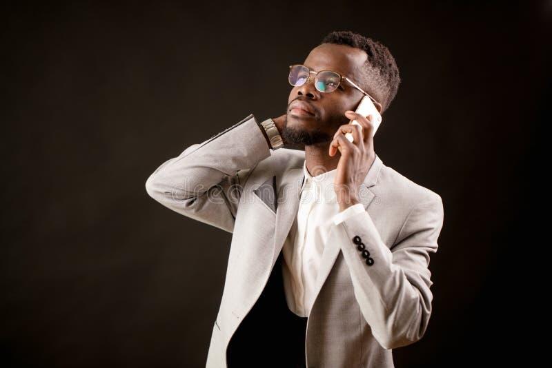 Retrato del abogado hermoso que sostiene el teléfono en su oído y que mira para arriba fotos de archivo libres de regalías
