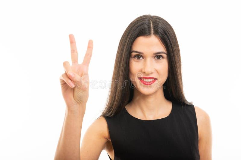 Retrato del abogado joven hermoso que presenta mostrando gesto de la paz imagen de archivo