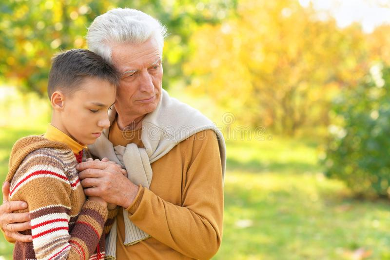 Retrato del abrazo triste del abuelo y del nieto imágenes de archivo libres de regalías