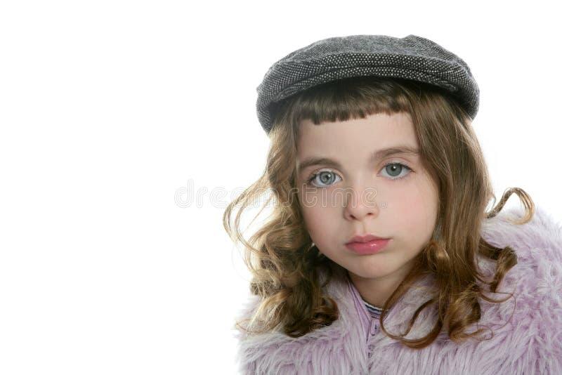 Retrato del abrigo de pieles del invierno de la muchacha del sombrero de la boina fotografía de archivo libre de regalías