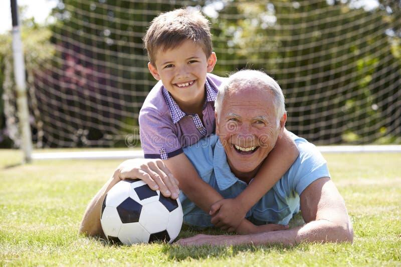 Retrato del abuelo y del nieto con fútbol fotos de archivo libres de regalías