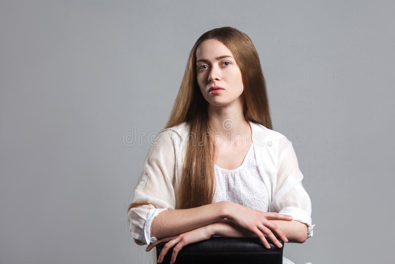 Retrato del actor modelo joven hermoso emocional con la frente larga imágenes de archivo libres de regalías