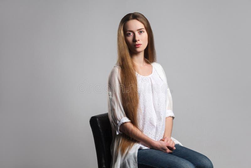 Retrato del actor modelo joven hermoso emocional con la frente larga imagen de archivo