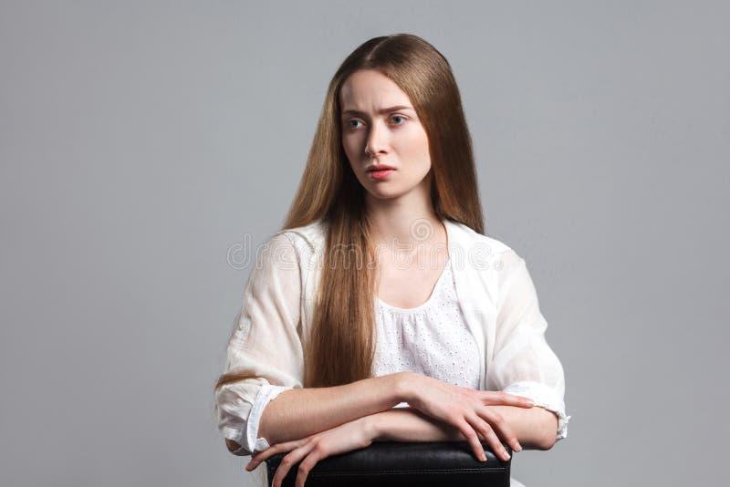 Retrato del actor modelo joven hermoso emocional con la frente larga fotos de archivo