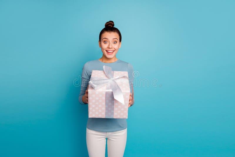 Retrato del adolescente adolescente asombroso lindo conseguir el paquete increíble para la expresión impresionada el 8 de marzo foto de archivo