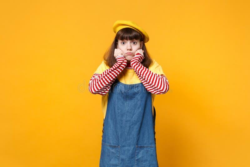 Retrato del adolescente confuso de la muchacha en la boina francesa, sundress del dril de algodón que ponen las manos en las meji imágenes de archivo libres de regalías