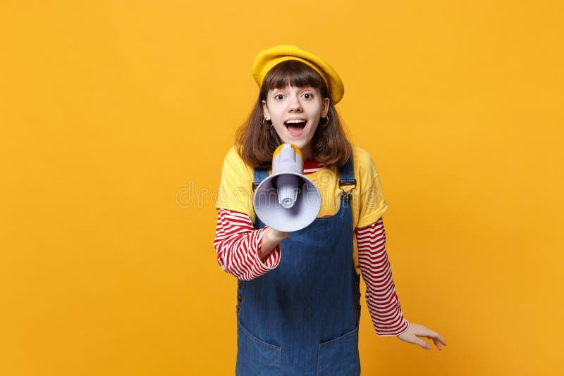 Retrato del adolescente lindo emocionado de la muchacha en la boina francesa, grito de los sundress del dril de algodón en el meg imagen de archivo