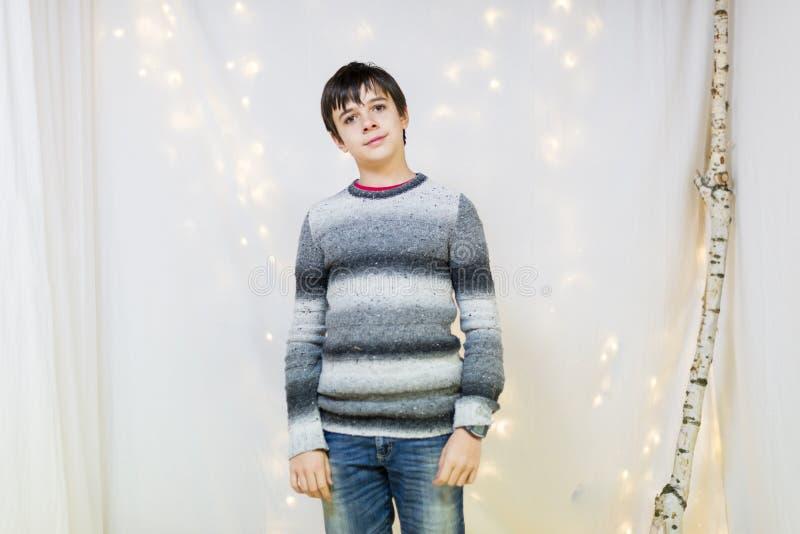 Retrato del adolescente masculino en el estudio imagen de archivo libre de regalías
