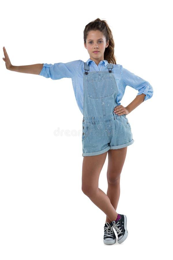 Retrato del adolescente que se inclina en el lado foto de archivo