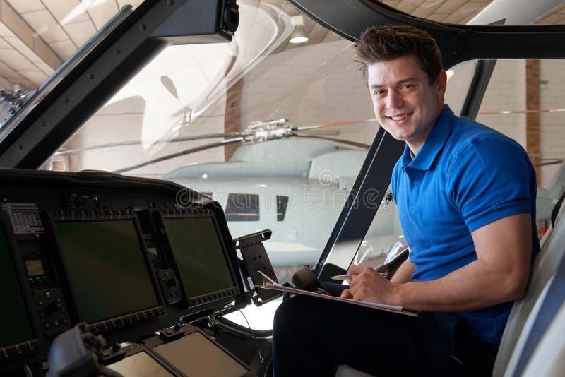 Retrato del aero- ingeniero de sexo masculino With Clipboard Working en Helicop imagen de archivo libre de regalías