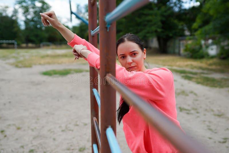 Retrato del ajuste y de la mujer joven deportiva que hacen los ejercicios, espacio de la copia Forma de vida sana fotos de archivo