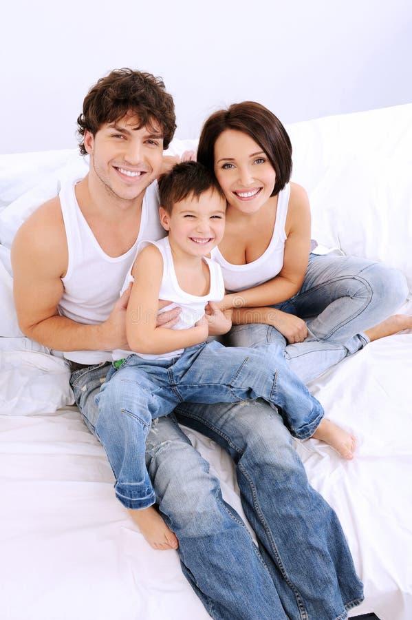 Retrato del alto ángulo de la familia feliz imagen de archivo libre de regalías