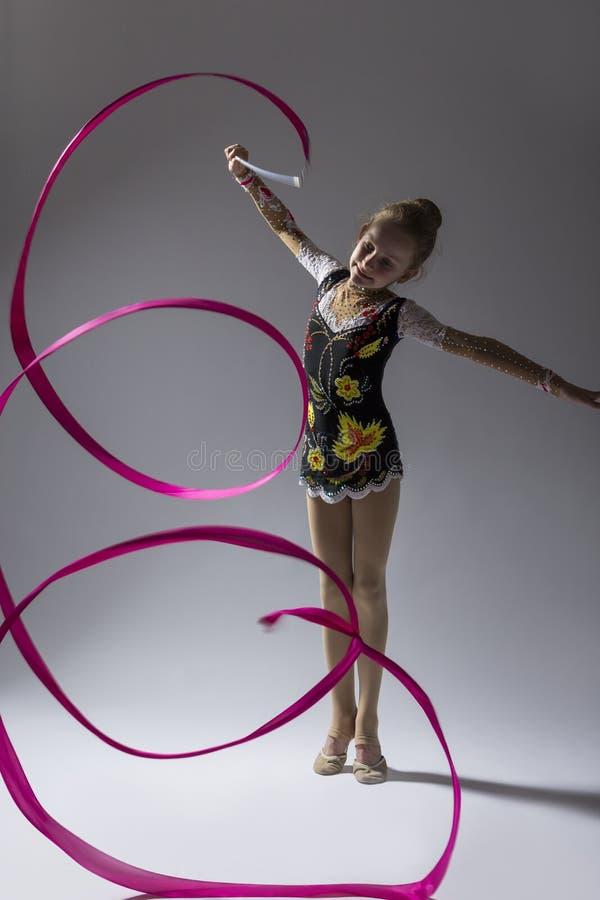 Retrato del alto contraste del gimnasta rítmico de sexo femenino caucásico fotos de archivo libres de regalías