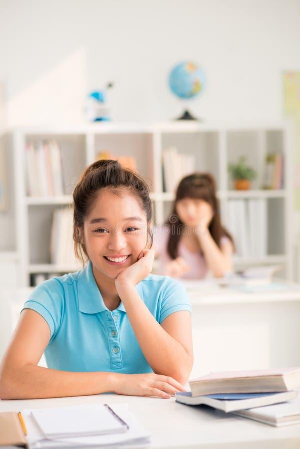 Retrato del alumno asiático alegre fotos de archivo