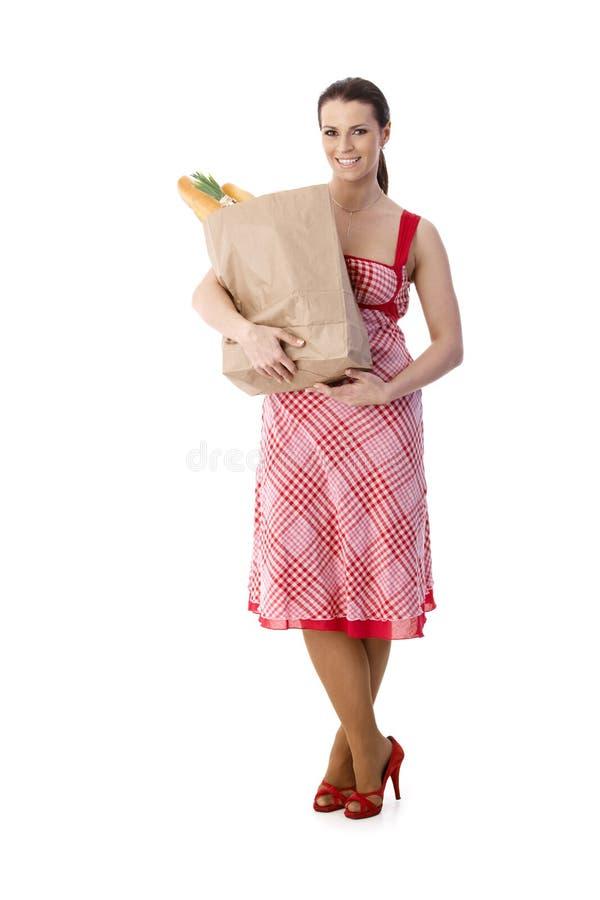 Retrato del ama de casa con compras de alimento fotos de archivo