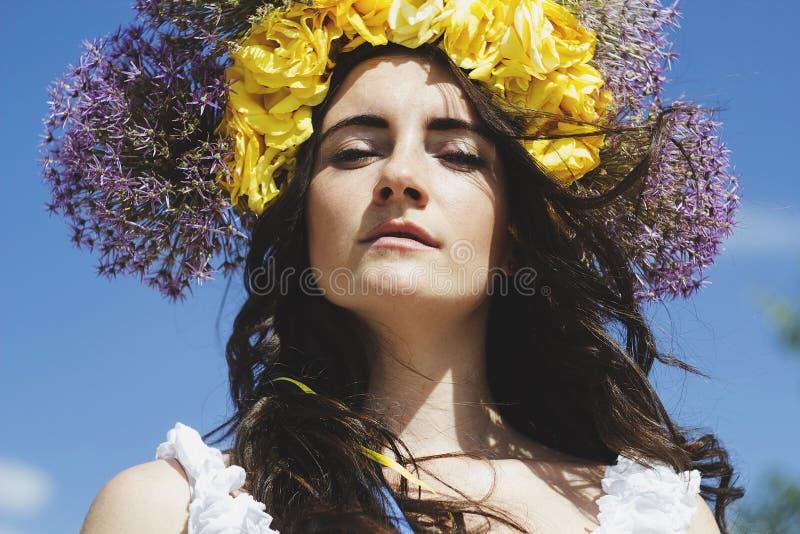 Retrato del anillo hermoso joven de la mujer de flores en la cabeza fotografía de archivo libre de regalías